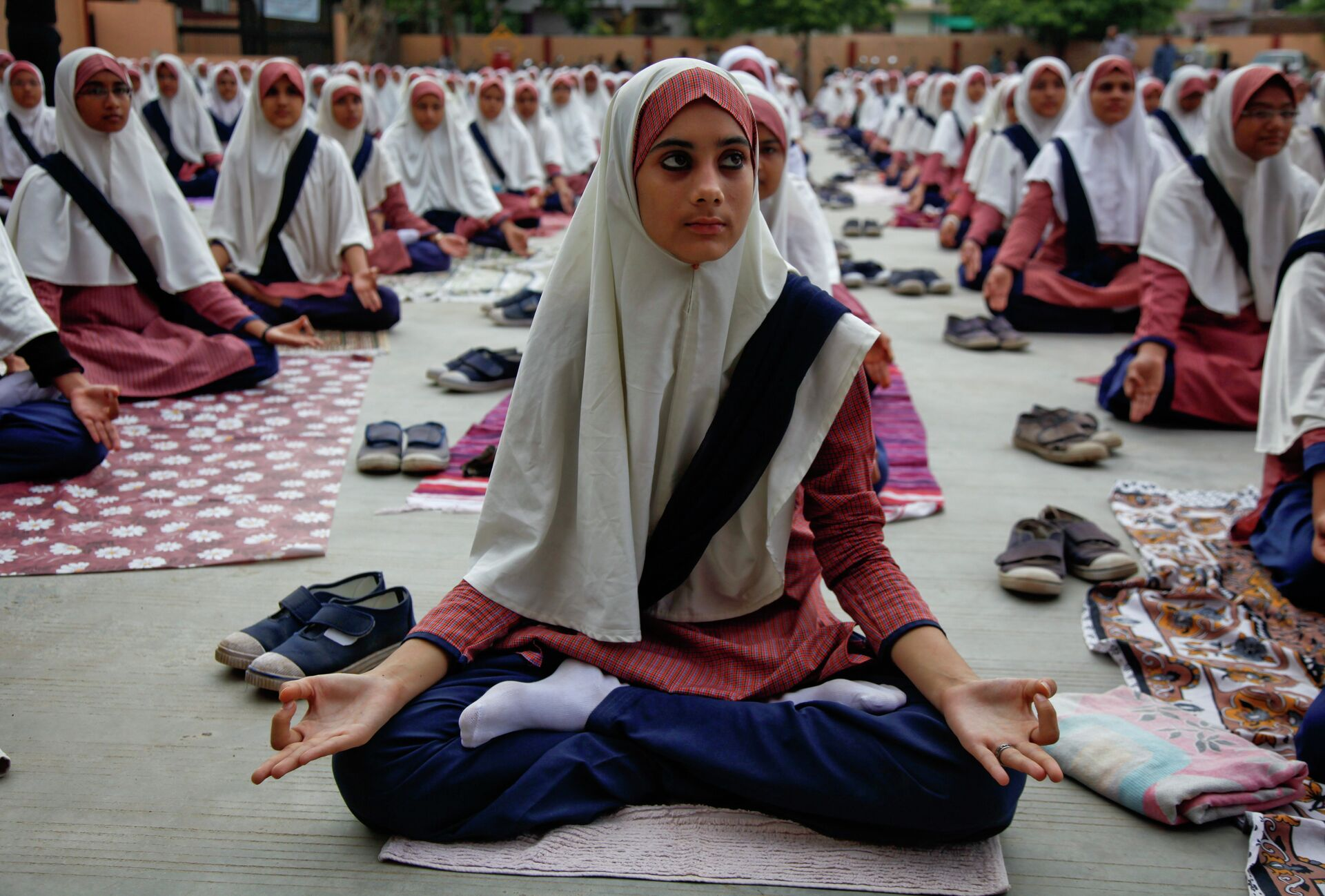 Индийские мусульманские студенты практикуют йогу в школе в Ахмадабаде - РИА Новости, 1920, 03.02.2021