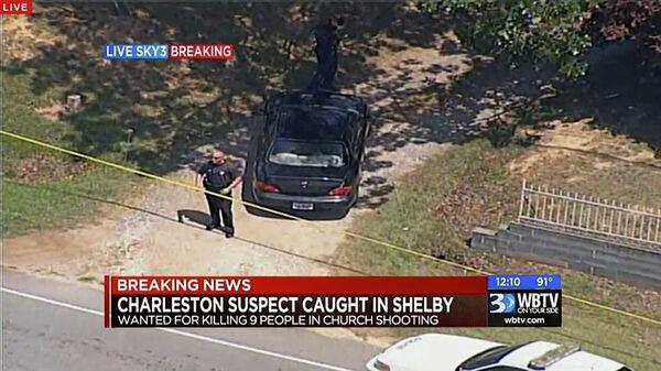 Полиция возле машины подозреваемого в массовом убийстве в африканской методистской епископальной церкви Эмануэль города Чарлстон, США