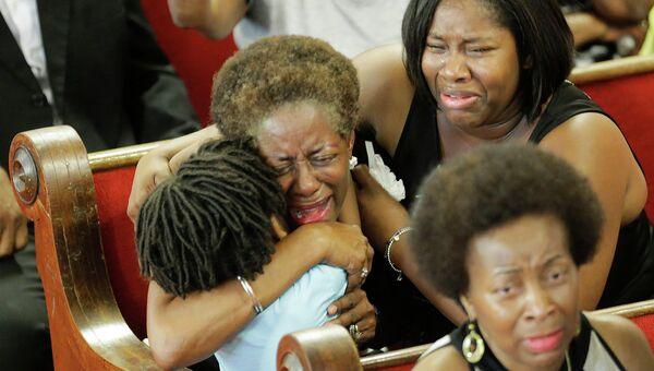 Прихожане молятся и плачут во время службы в церкви в Чарльстоне