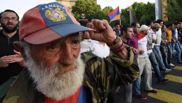 Протестующие в столице Армении против подорожания электроэнергии. Ереван, 23 июня 2015