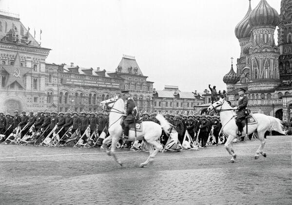 Маршал Советского Союза Георгий Жуков принимает парад на Красной площади в Москве. 24 июня 1945 года