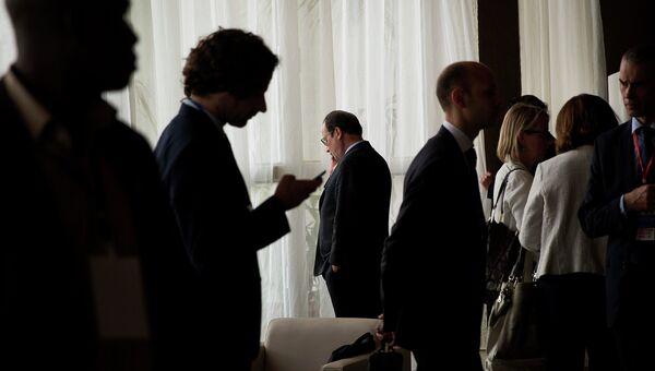 Президент Франции Франсуа Олланд говорит по телефону. 2014 год