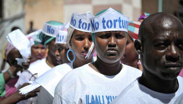Участники ансамбля в головных уборах с надписью Нет пыткам перед выступлением на мероприятии, посвященном Дню в поддержку жертв пыток. Архивное фото