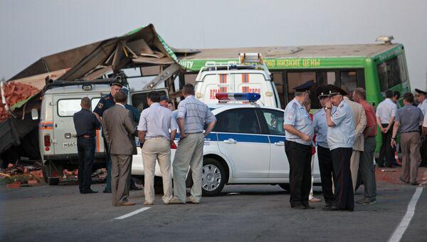 Сотрудники правоохранительных органов на месте столкновения автомобиля КАМАЗ и пассажирского автобуса ЛИАЗ, следовавшего по маршруту из поселка Кормиловка, на Сыропятском тракте Омской области