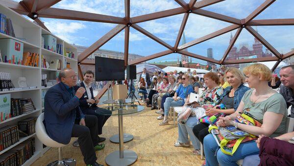 Писатель Юрий Вяземский выступает на Московском фестивале Книги России на Красной площади