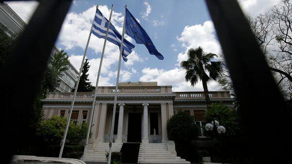 Флаги Греции и Евросоюза у здания министерства в Афинах. Архивное фото