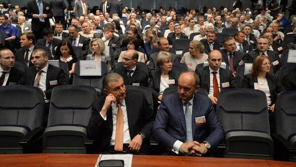 Акционеры ОАО Газпром перед началом годового общего собрания акционеров компании