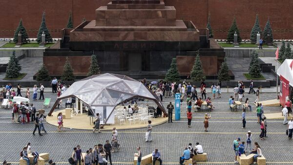 Посетители Московского фестиваля Книги России на Красной площади