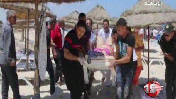 Эвакуация постадавших с пляжа в Тунисе. Архивное фото