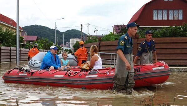 Сотрудники МЧС РФ эвакуируют жителей из района города Сочи, пострадавшего от подтопления после сильных ливневых дождей