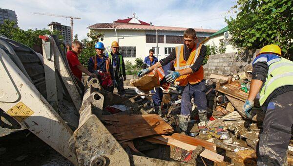 Рабочие разбирают завалы от подтопления после ливневых дождей в городе Сочи