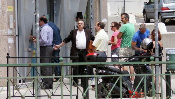 Местные жители у банкомата в Афинах