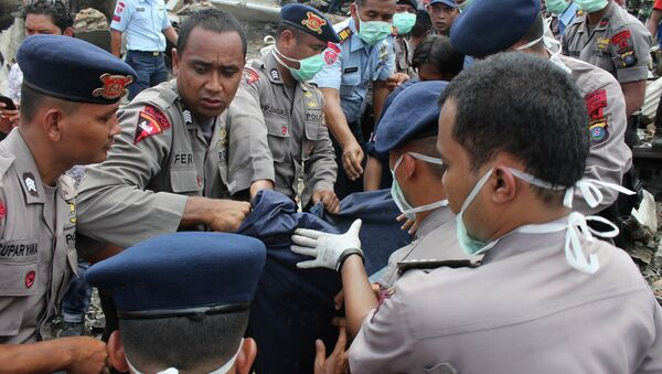 Спасатели на месте крушения военно-транспортного самолета Геркулес в Медане, Северная Суматра, Индонезия