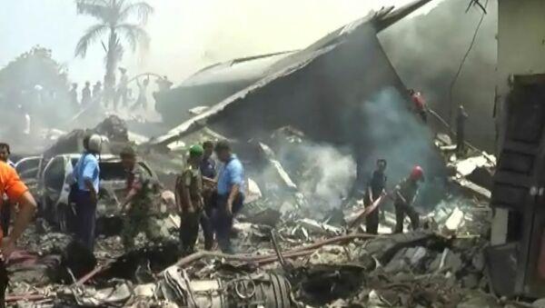 Военный самолет Hercules C-130 рухнул на отель в Индонезии. Кадры с места ЧП