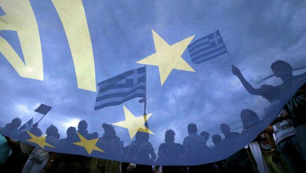 Участники митинга в поддержку условий соглашения с международными кредиторами в Афинах, Греция. 30 июня 2015