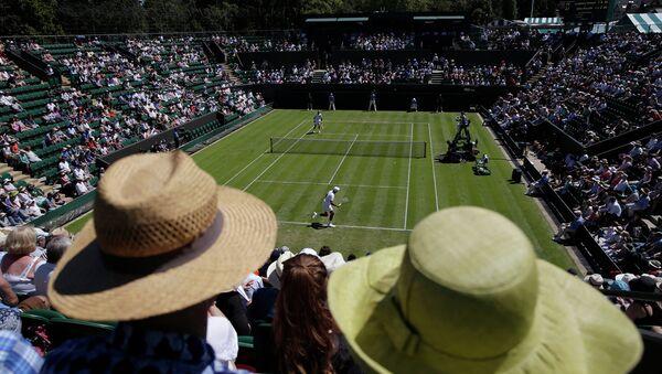 Зрители наблюдают за матчем на теннисном турнире в Уимблдоне, Великобритания