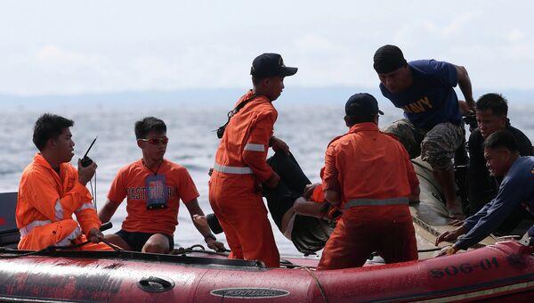 Филиппинские спасатели извлекают тело погибшего из воды. Архивное фото