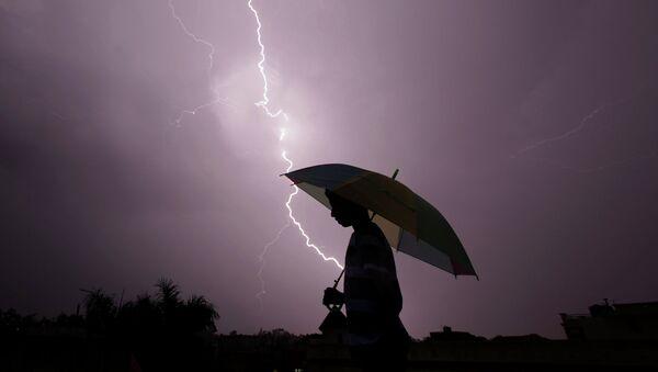 Молнии во время грозы в Джамму, Индия