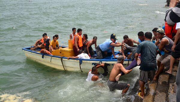 Спасательная операция на месте крушения парома на Филиппинах