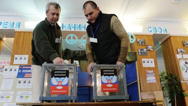 Члены территориальной избирательной комиссии на избирательном участке в школе № 1 города Донецка. Архивное фото