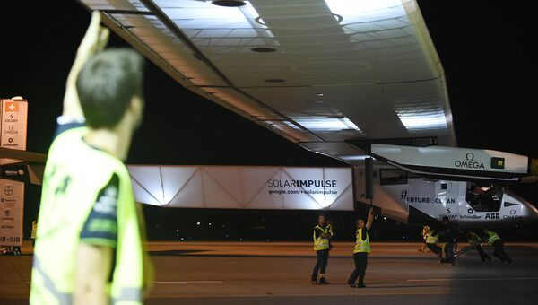 Самолет на солнечных батареях Solar Impulse 2 перед вылетом на Гавайи. Архивное фото