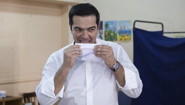 Премьер-министр Греции Алексис Ципрас во время голосования на референдуме в Греции