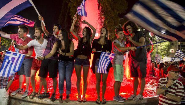 Сторонники Нет во время оглашения результатов референдума в Афинах, Греция