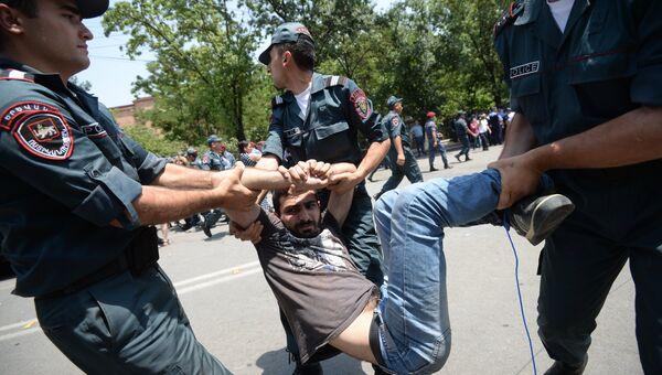 Полиция задерживает участника акции протеста против повышения тарифов на электроэнергию в Ереване. Архивное фото