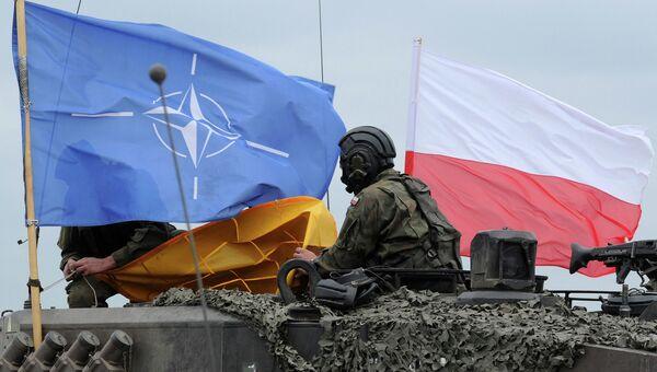 Флаг Польши и НАТО на польском танке во время совместных учений. Архивное фото