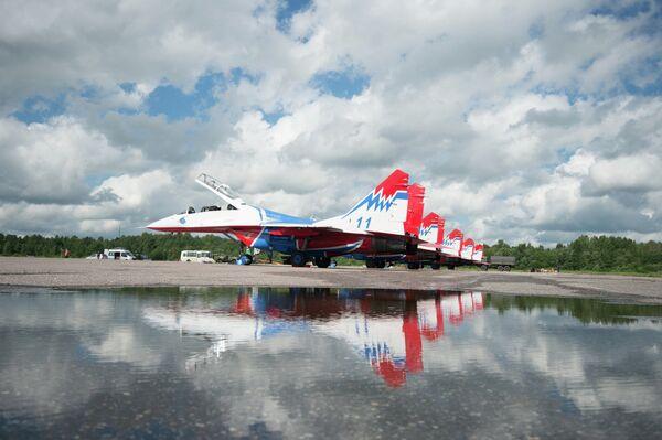 Истребители МиГ-29 пилотажной группы Стрижи на аэродроме временного базирования в г.Пушкин