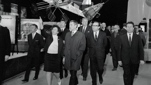 Премьер-министр Швеции Улоф Пальме (3 слева) во время экскурсии в павильоне «Космос» на ВДНХ СССР. Архив