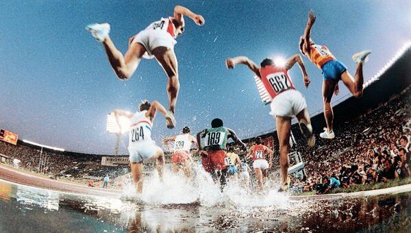 Участники бега на 3000 метров с препятствиями во время соревнований на XXII Олимпийских играх в Москве