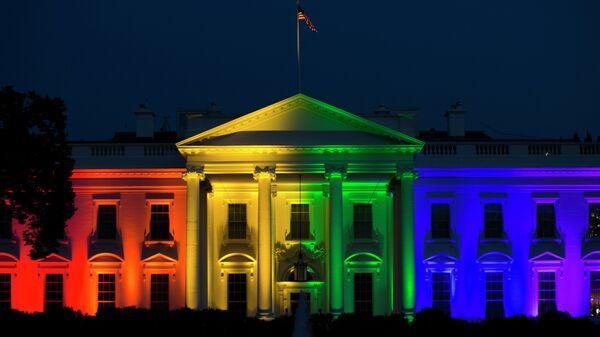 Белый дом в Вашингтоне, подсвеченный цветами флага ЛГБТ, США