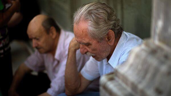 Пенсионеры ожидают открытия банка в Афинах, Греция. Архивное фото