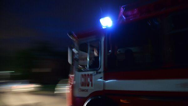 Автомобиль пожарной службы неподалеку от учебного центра Воздушно-десантных войск в поселке Светлый Омской области, где произошло обрушение здания