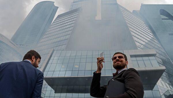 Прохожие во время пожарно-тактических учений в комплексе Город столиц. Архивное фото