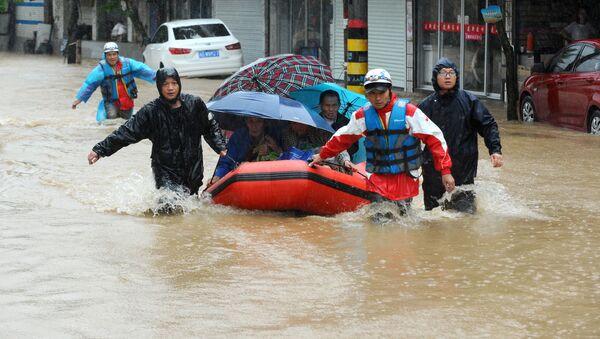 Местные жители спасаются от наводнения, Китай. Архивное фото