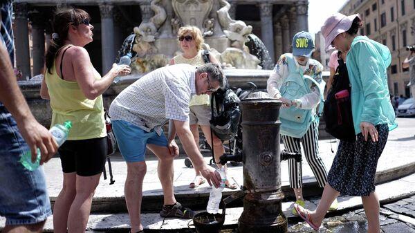 Жители Рима и туристы наполняют бутылки водой из-за жары. Архивное фото