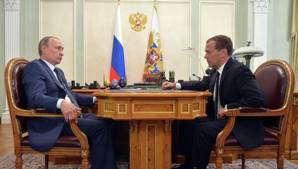 Рабочая встреча президента России В.Путина и премьер-министра РФ Д.Медведева. Архивное фото