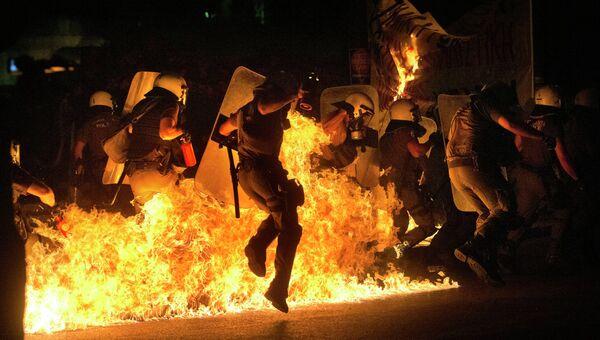 Греческие полицейские во время беспорядков в Афинах. Архивное фото