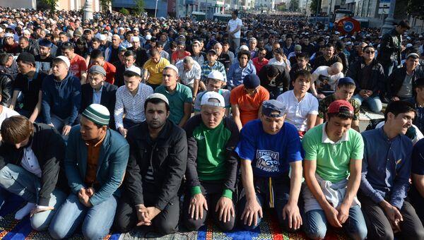 Мусульмане на одной из улиц у соборной мечети в Москве. Архивное фото