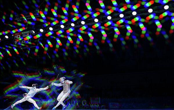 Юки Ота (Япония) и Джерек Мейнхардт (США) в полуфинальном поединке на соревнованиях среди мужчин по фехтованию на рапирах на чемпионате мира в Москве