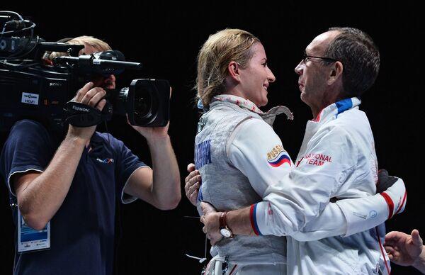 Инна Дериглазова (Россия) радуется победе в финальном поединке на соревнованиях среди женщин по фехтованию на рапирах на чемпионате мира в Москве