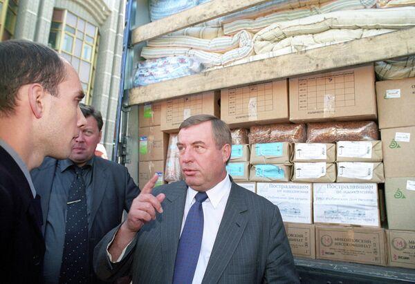 Представители Общероссийского лево-демократического общественного движения Россия во главе с Геннадием Николаевичем Селезневым (справа) направляют гуманитарную помощь пострадавшим от наводнения в Новороссийске и Кизляре
