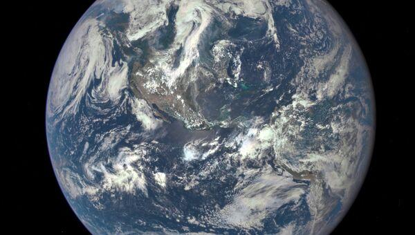 Снимок Земли из космоса, сделанный с помощью космического спутника Deep Space Climate Observatory (DSCOVR). Архивное фото