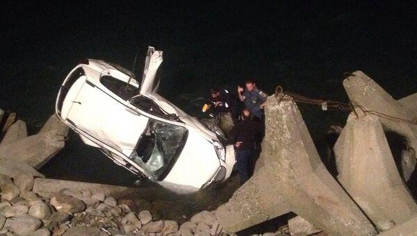Машина с российскими туристами упала с обрыва в Бзыбском ущелье