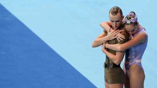 Дарина Валитова и Александр Мальцев (Россия) выступают с технической программой в предварительном раунде соревнований по синхронному плаванию среди смешанных дуэтов на XVI чемпионате мира по водным видам спорта в Казани.