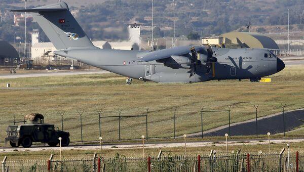 Самолет ВВС Турции на авиабазе в городе Адана, 24 июля 2015
