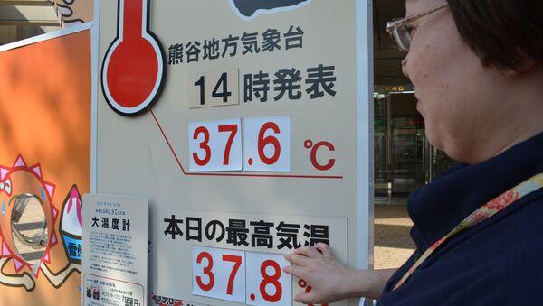 Термометр показывает температуру 37,8 во время жары в Японии. Архивное фото