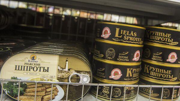 Консервы с латвийскими шпротами в супермаркете
